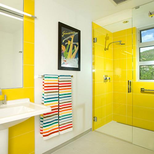 желтая плитка в ванной комнате